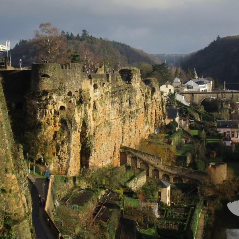 Dinding Bock yang masif, menyatu dengan tebing